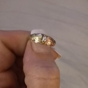 Women's Black Hills Gold 10k ring size 6 with diam